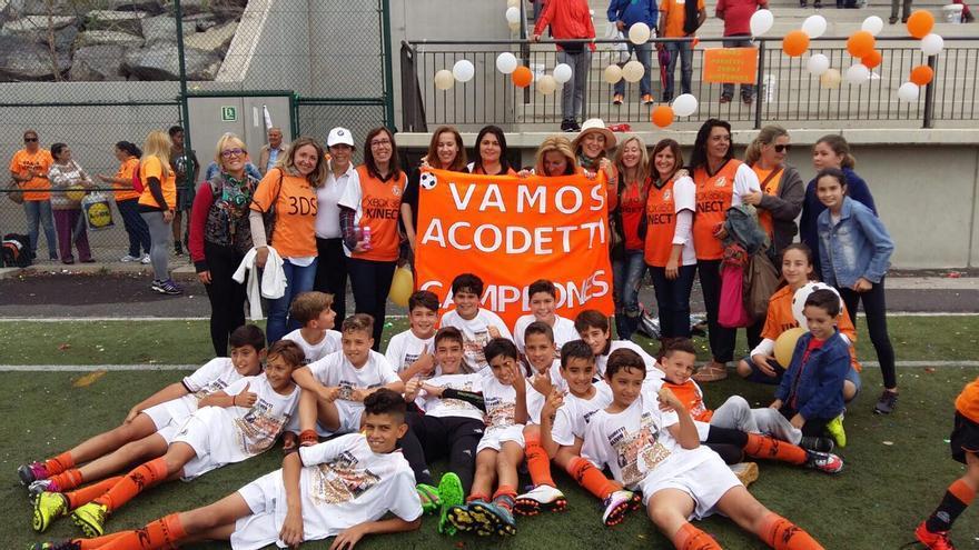 El Acodetti Alevín A celebrando que son campeones de la liga del Grupo IV.