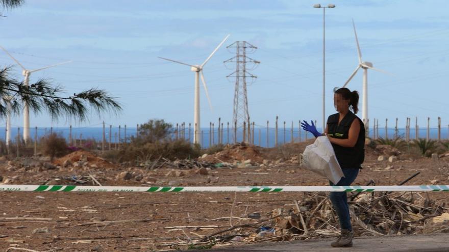 La Guardia Civil recoge los restos hallados en Vecindario, Gran Canaria. (Foto: Alejandro Ramos).
