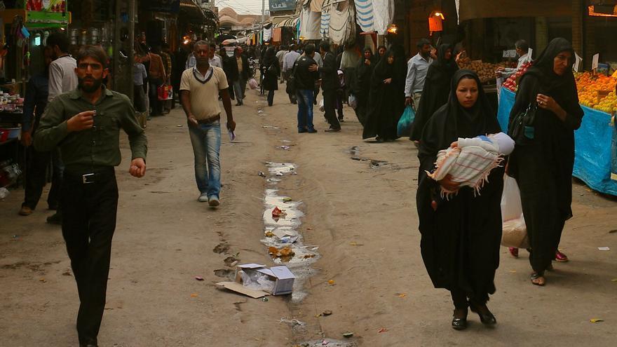 Mujeres y hombres en el bazar de Kermán. / Enric Lloveras