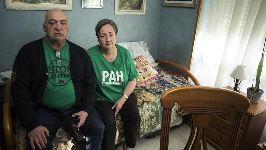 El matrimonio posa sentado en el sofá de su casa tras contar su historia a eldiario.es.