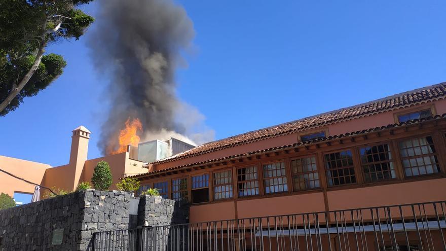 Columna de humo producida por el incendio en el hotel garachiquense