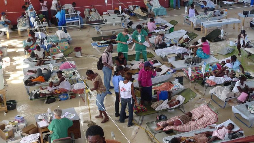 2 de diciembre de 2010. Y entonces llegó el cólera. En octubre de 2010 se detectan los primeros casos en la región de Artibonite. MSF trató en un mes a más de 4.000 pacientes afectados por cólera en un gimnasio del centro de la capital haitiana. Fotografía: Aurelie Lachant/MSF