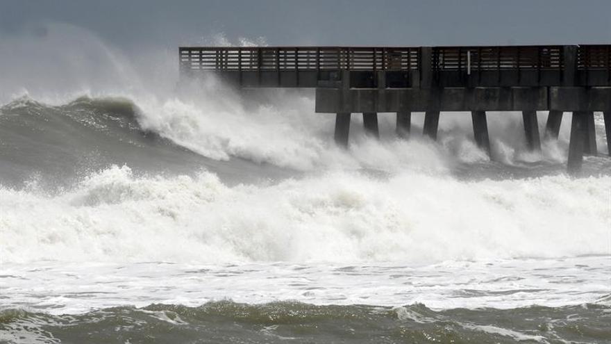 El muelle del paseo marítimo de Juno Beach, Florida (Estados Unidos), es golpeado por fuertes olas.