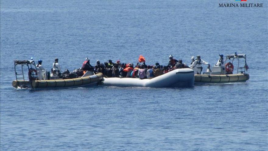 Imagen de archivo de un rescate de la Marina italiana de una embarcacion con migrantes. / EFE.