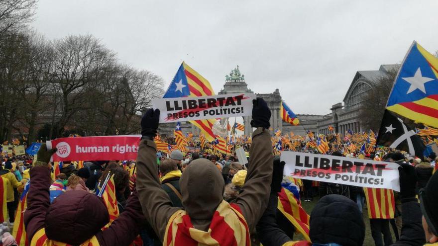 Algunos manifestantes muestran carteles pidiendo la libertad de los presos políticos
