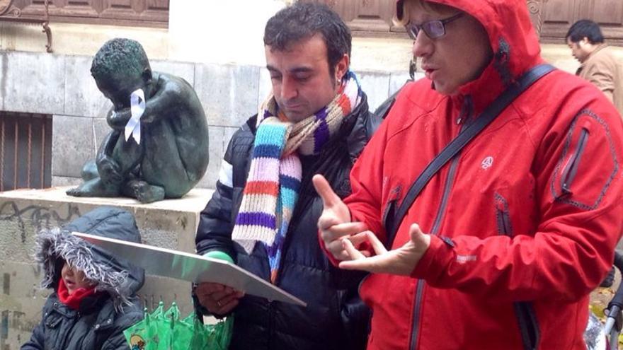 Un grupo de hombres por la igualdad hace una 'parada' ante una estatua masculina./eldiarionorte.es