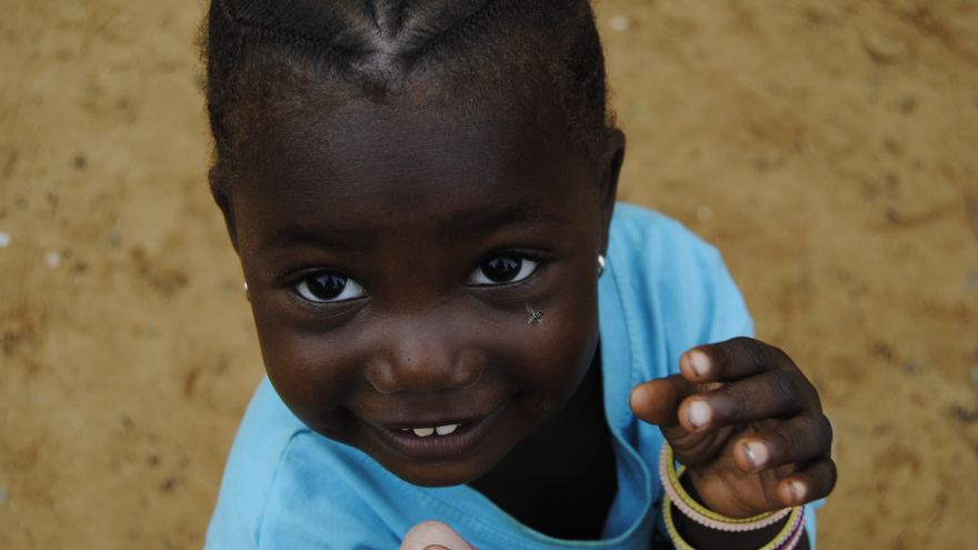 Una niña gambiana en el patio de su escuela. \ Foto: Soraya Sánchez.