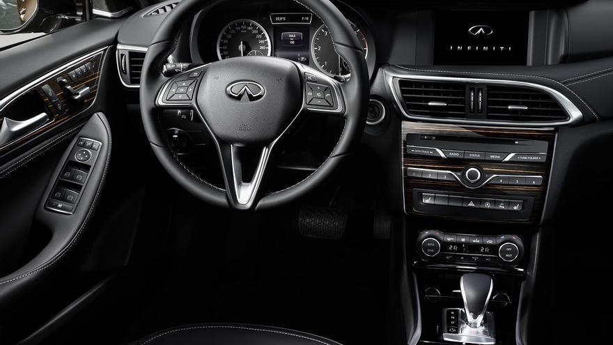 El interior del Infiniti Q30 destaca por su alta calidad y excelente bienestar a bordo.