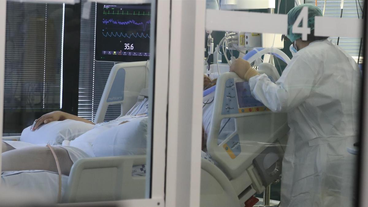 Una enfermera atiende este jueves a un paciente ingresado por covid en la Unidad de Medicina Intensiva del citado hospital. EFE/ Elvira Urquijo A.