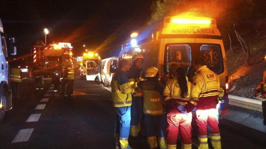 Dos muertos y cuatro heridos al arrollar un camión una furgoneta en la A-4