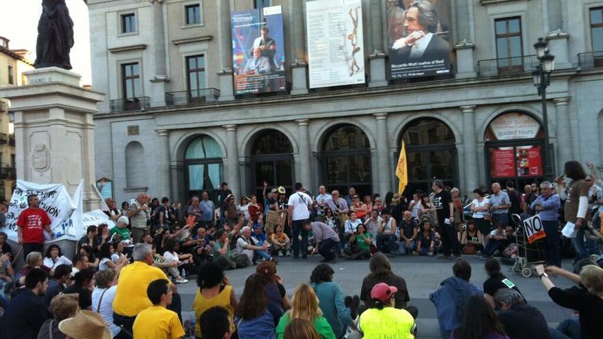 Una asamblea debate en Ópera los logros del 15M una vez finalizada la manifestación. / Ander Iñaki Oliden.