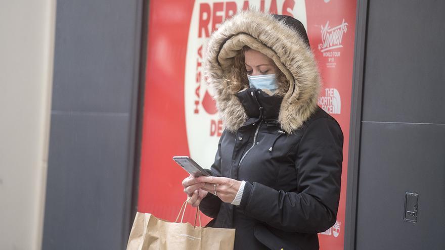 Una mujer muy abrigada por el frío   TONI BLANCO
