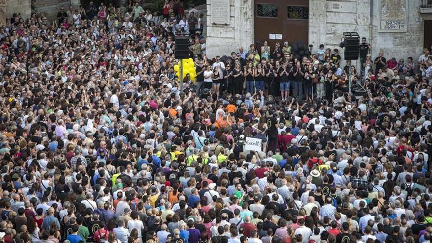 Una multitud concentrada en la plaza de la Virgen de Valencia convocada por la Asociación de Víctimas del Metro.