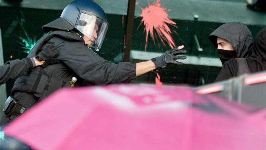 Activistas de Blockupy arrojan huevos, pintura y piedras contra la nueva sede del BCE