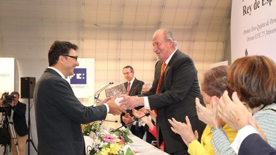 El fotógrafo Pedro Armestre recibiendo el Premio Internacional Rey de España de la mano de Juan Carlos I. \ Casa Real