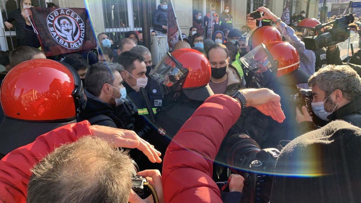 Parlamentarios de EH Bildu y Elkarrekin Podemos-IU, mediando con la Ertzaintza junto a los trabajadores de Tubacex