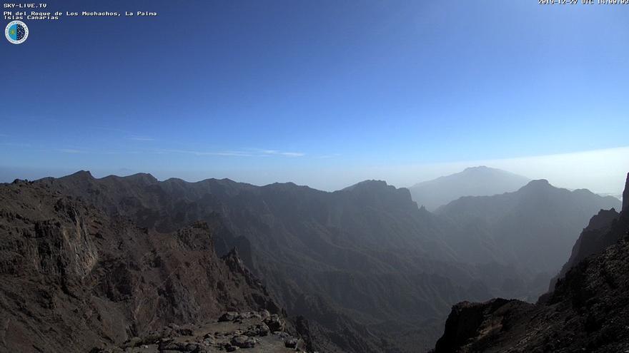 Imagen de las cumbres de La Palma este viernes, 27 de diciembre, captada de la webcam de Sky Live TV del IAC en el Roque de Los Muchachos (Garafía).