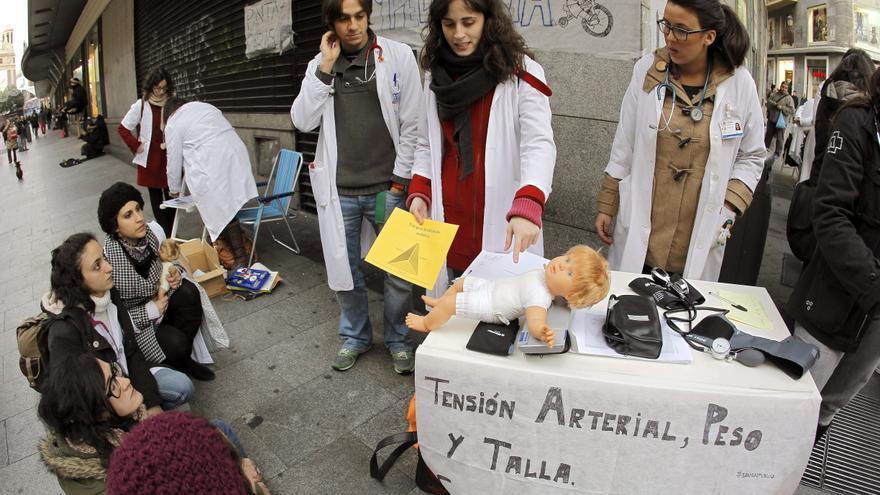 El 23 por ciento de los médicos, según Sanidad, y el 74 por ciento, según AFEM, están hoy en huelga