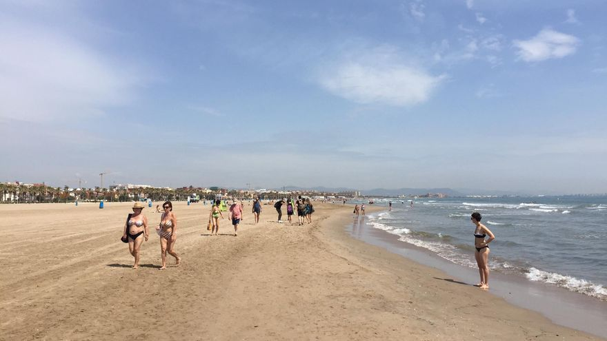 La playa del Cabanyal este lunes por la mañana.