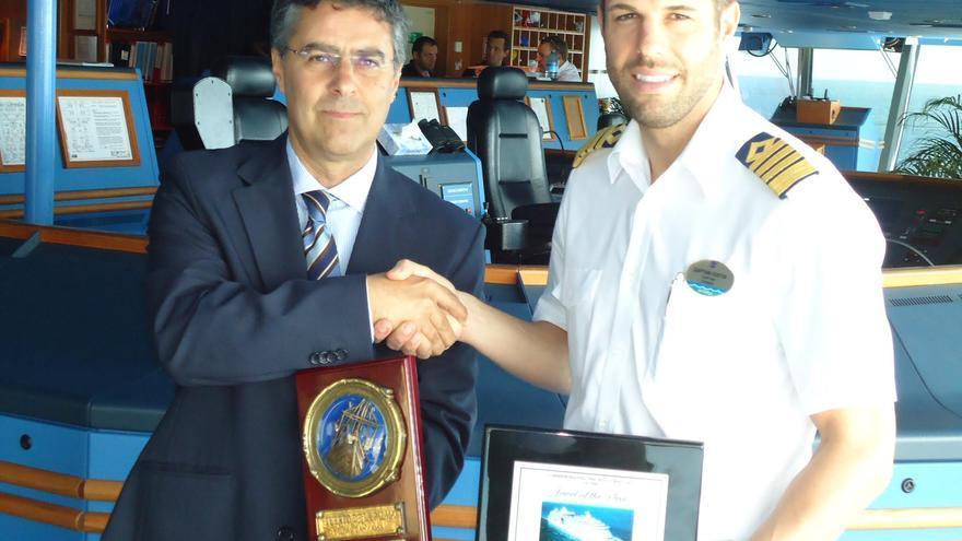 El capitán del 'Jewel of the Seas', el canadiense William Castelsky, con el jefe de zona del puerto de La Palma, Carlos Concepción, en el tradicional intercambio de metopas conmemorativas.