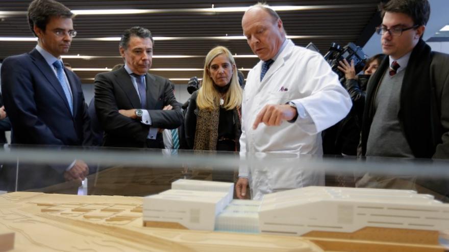 El expresidente Ignacio González en el hospital de Villalba tres meses después de su inauguración. / Madrid.org