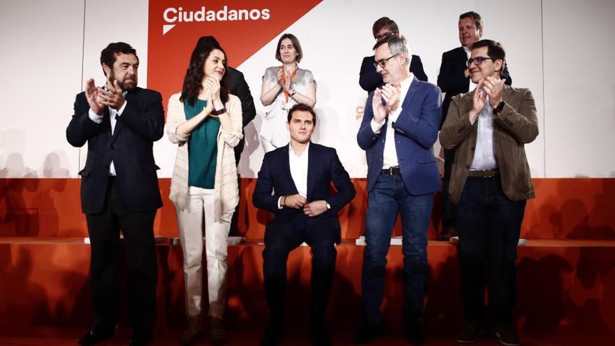 Miembros de la dirección de Ciudadanos aplauden a Rivera tras la reunión en la que se han aprobado cambios en la Ejecutiva