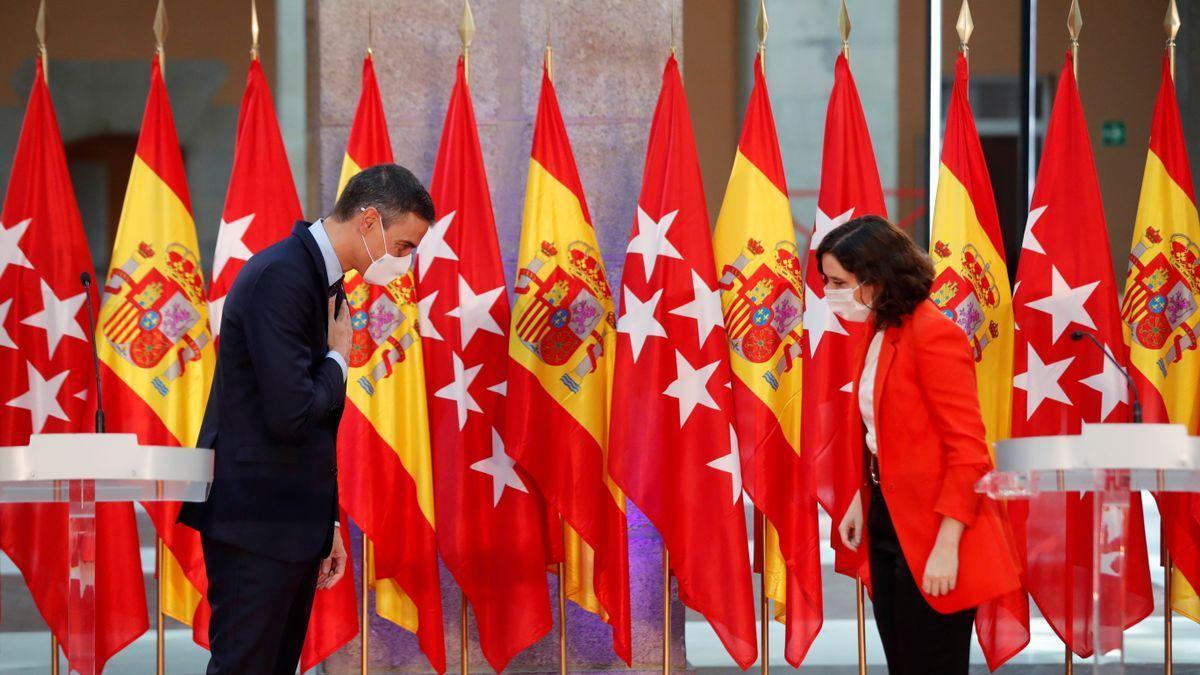 La presidenta de la Comunidad de Madrid, Isabel Díaz Ayuso, y el presidente del Gobierno, Pedro Sánchez, se saludan durante su comparecencia conjunta tras su reunión.
