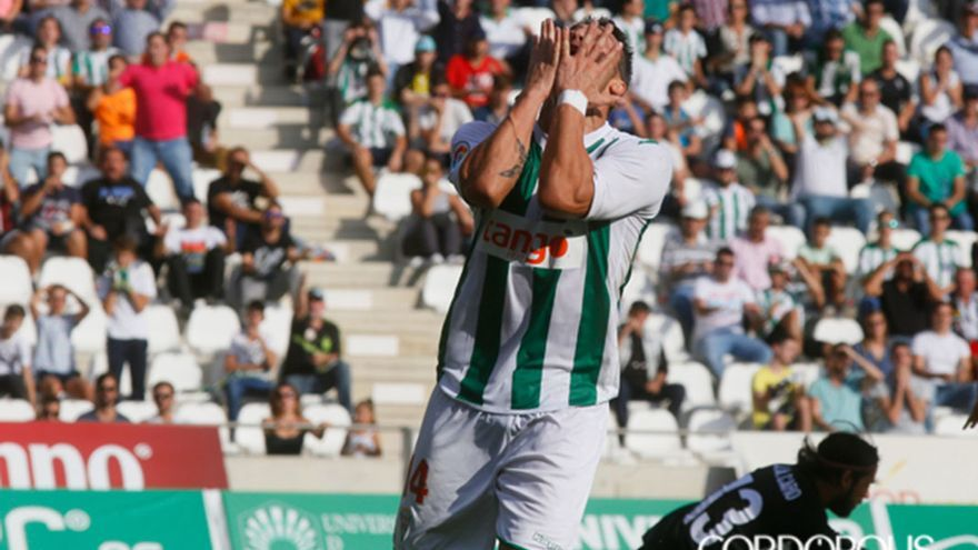Un jugador del Córdoba se tapa la cara con las manos en El Arcángel | MADERO CUBERO