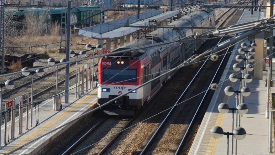 Imagen de archivo del tren de la línea C2 a su paso por Azuqueca. Fotografía: Álvaro Díaz Villamil / Ayuntamiento de Azuqueca