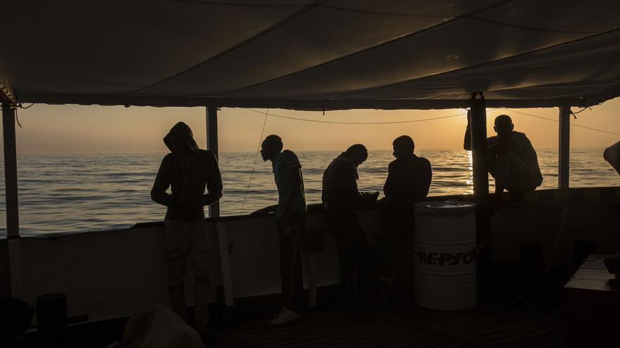 Algunos de los rescatados por el Open Arms amanecen a escasas millas de Barcelona este miércoles.