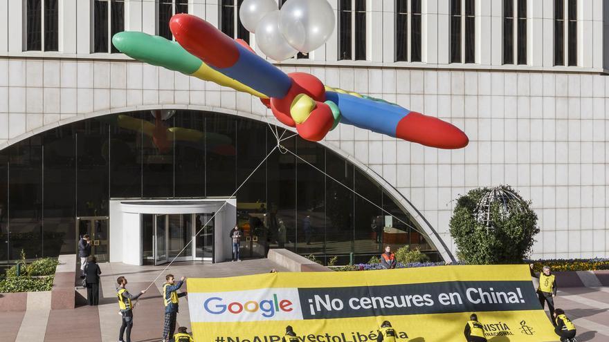 Acción frente a las oficinas de Google España