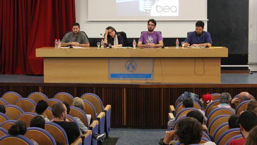 """De izquierda a derecha, David Torres (Podemos), Mónica Oltra (Compromís) y Ignacio Blanco (EUPV, en el extremo derecho) durante las jornadas """"Pensar-nos""""."""