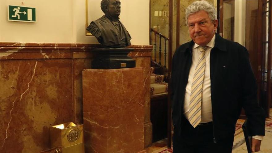 El diputado de Nueva Canarias Pedro Quevedo, a su llegada al Congreso. EFE/Javier Lizón