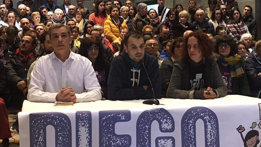 Diego Lores (centro), interviniendo en rueda de prensa