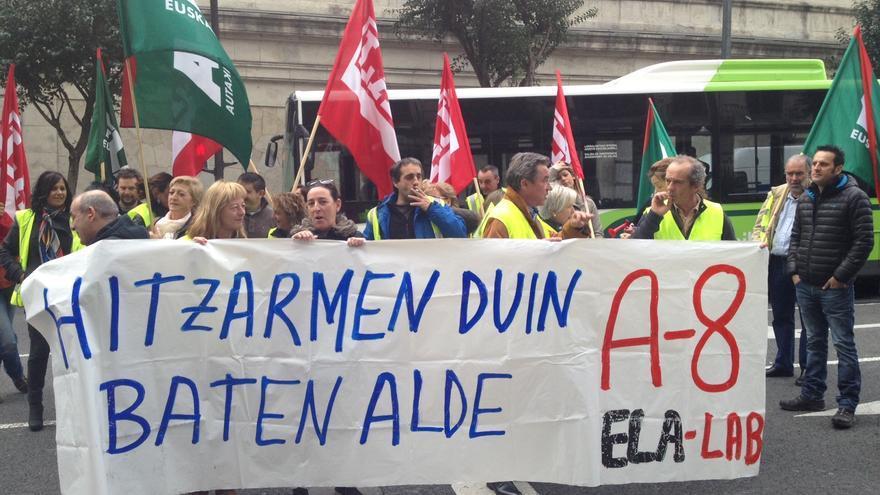 Trabajadores del tramo vizcaíno de la autopista AP-8 protestan ante las Juntas Generales.