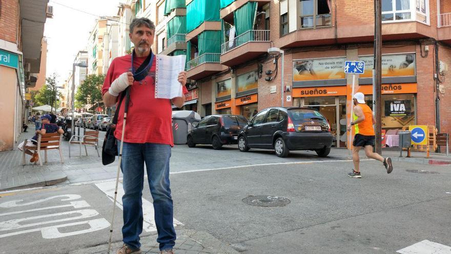 Antonio, el invidente que lucha para poder cruzar por la acera en l'Hospitalet