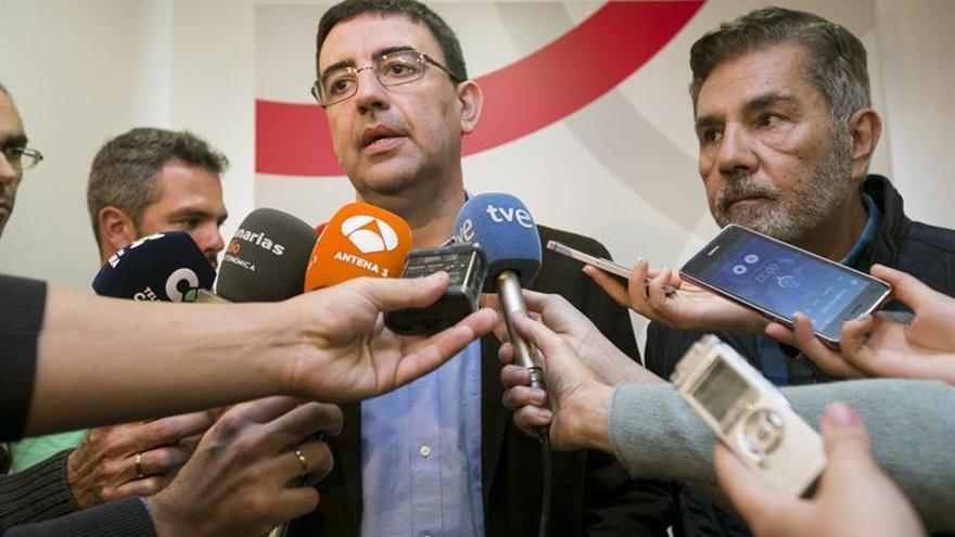 El portavoz de la comisión gestora federal del PSOE, Mario Jiménez, acompañado del presidente de la gestora en Canarias, José Rodríguez Fraga (d)