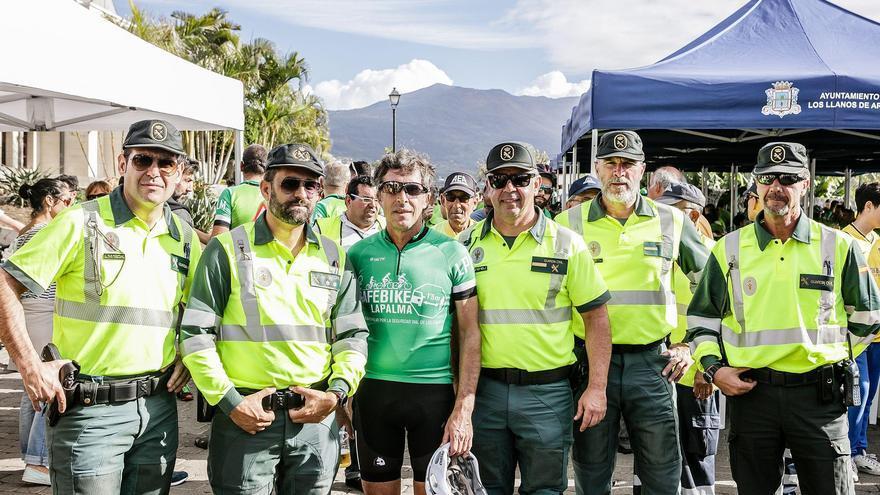 Un grupo de agentes de la Guardia Civil con el famoso ciclista y comentarista Perico Delgado.