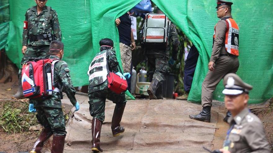 Personal médico accede a la zona de acceso restringido durante las operaciones de rescate