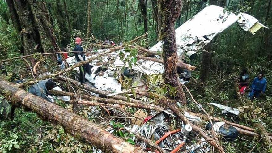 Al menos 8 muertos y un superviviente al estrellarse un avión en Indonesia