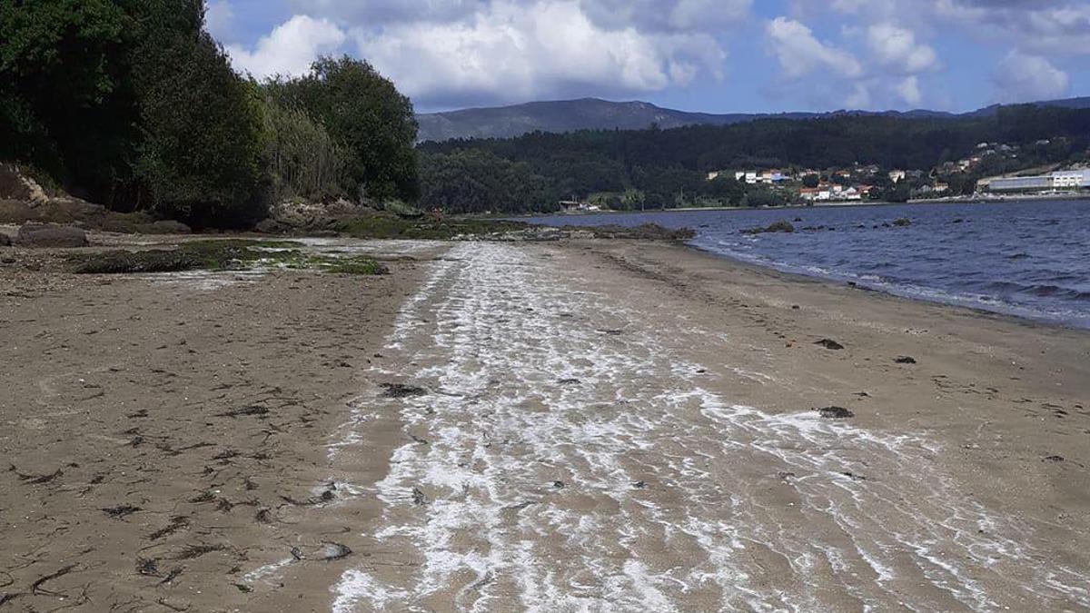 Imagen de los vertidos en una playa de la Ría de Arousa