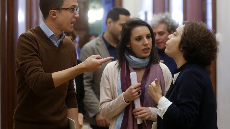 Íñigo Errejón, Irene Montero y Gloria Elizo, en los pasillos del Congreso de los Diputados.
