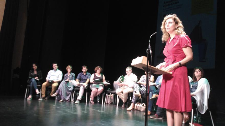 La alcaldesa de Castellón, Amparo Marco, toma la palabra en la asamblea ciudadana celebrada el 30 de mayo en el Teatro del Raval.