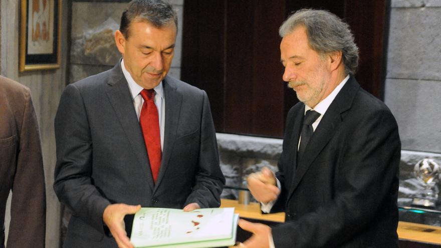 El presidente del Gobierno de Canarias, Paulino Rivero, recibiendo la encuesta sobre la prospecciones petrolíferas encargada a las universidades canarias.