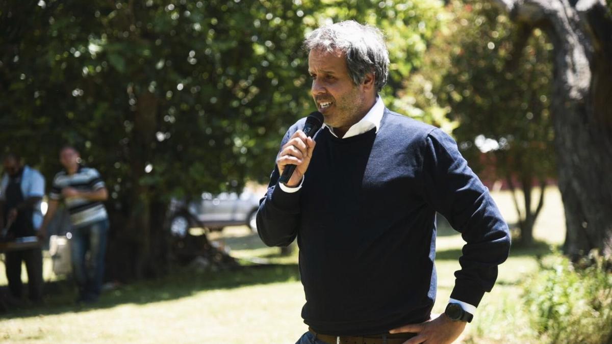 Gastón Manes, el hermano menor de Facundo en plena recorrida de campaña