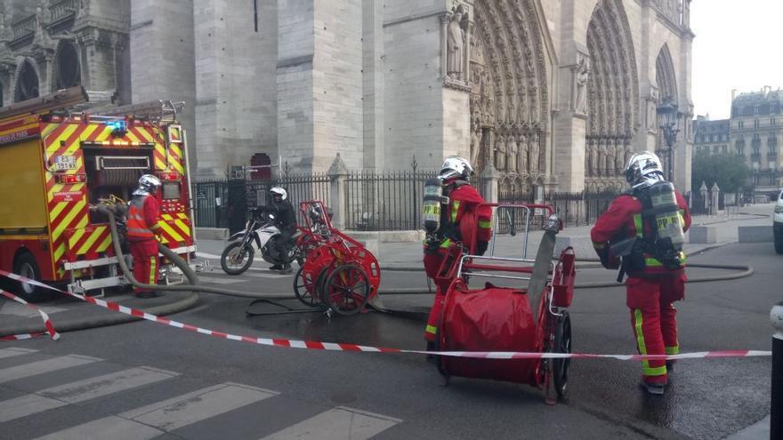 Equipos de emergencias trabajan a los pies de Notre-Dame.