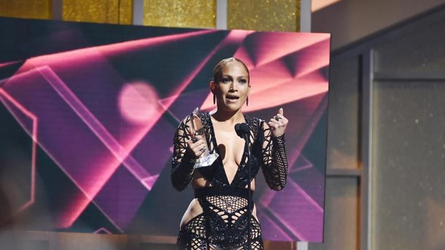 Jennifer López y Luis Fonsi brillan en la alfombra roja de los Billboard latinos