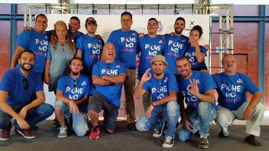 Los músicos pariticpantes en el Son Atlántico lucen la camiseta con el lema 'no al piche'. (SON ATLÁNTICO)