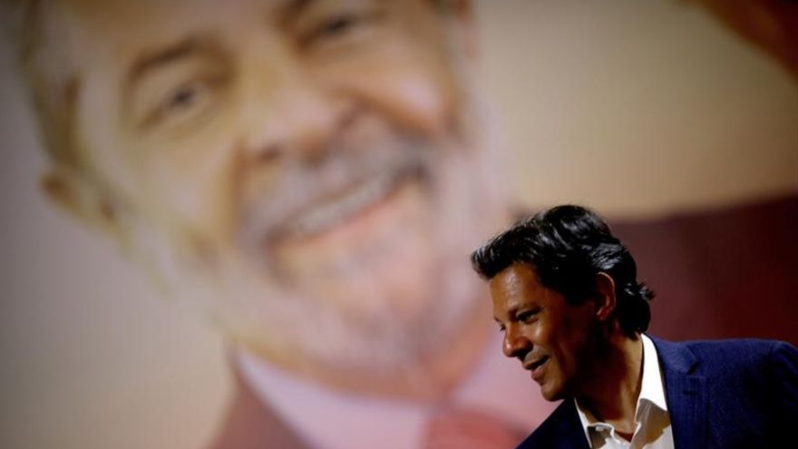 Fernando Haddad, candidato del Partido de los Trabajadores, ante un fondo con la imagen del expresidente Lula da Silva.