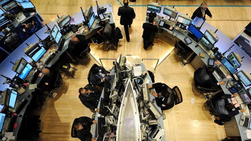 Wall Street se mantiene en marcas históricas a media sesión